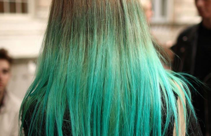 gr ne oder blaue haarfarbe ohne bleiche aus dem haar entfernen. Black Bedroom Furniture Sets. Home Design Ideas